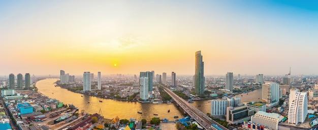 Schöne ansicht von bangkok-stadt mit dem chaopraya bei sonnenuntergang