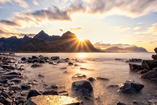 Schöne ansicht von bergen und von strand in lofoten-inseln bei sonnenuntergang
