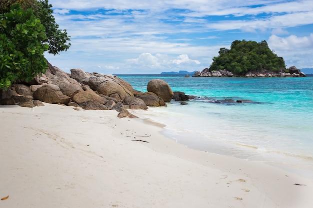 Schöne ansicht von insel, sonnenaufgangstrand, lipe, thailand