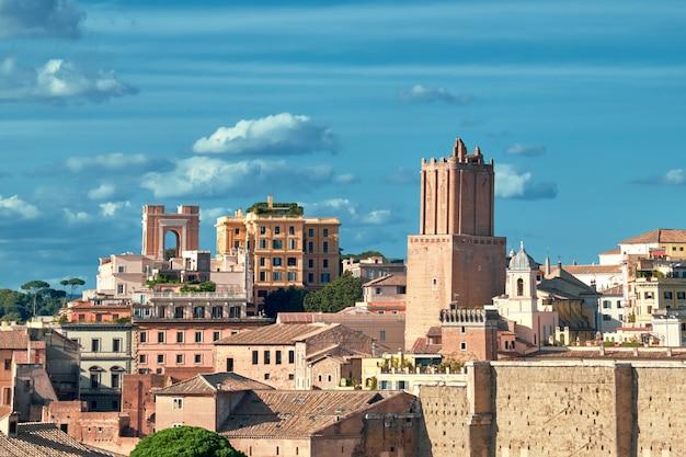 Schöne ansicht von roman forum und von kirchenkuppel in rom, italien