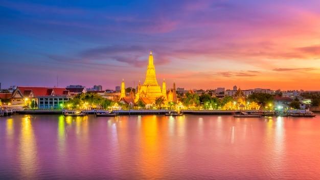 Schöne ansicht von wat arun temple in der dämmerung in bangkok, thailand