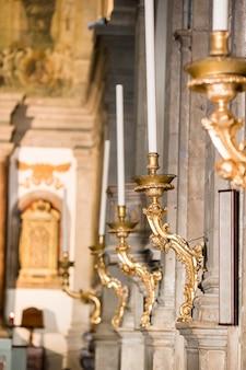 Schöne antike kerzenhalter in der kirche