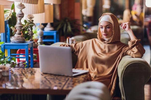 Schöne arabische geschäftsfrau, die am computer arbeitet.