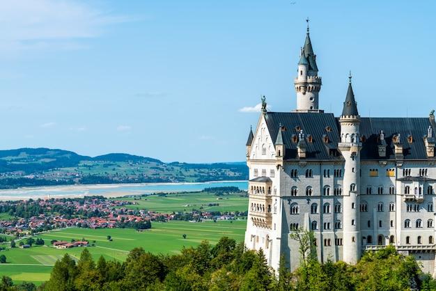 Schöne architektur am neuschwanstein schloss in den bayerischen alpen von deutschland.