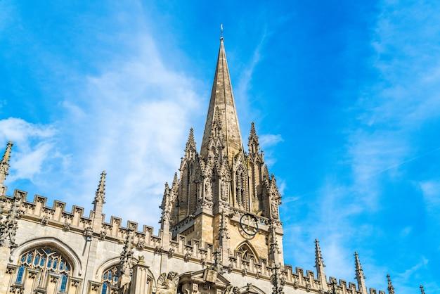 Schöne architektur an der universitätskirche st. mary the virgin in oxford, uk