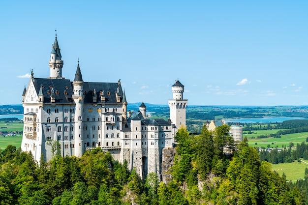 Schöne architektur auf schloss neuschwanstein in den bayerischen alpen.