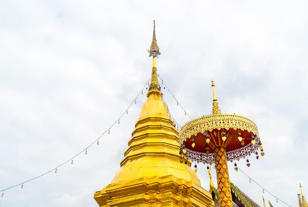 Schöne architektur bei wat phra that doi kham in chiang mai.