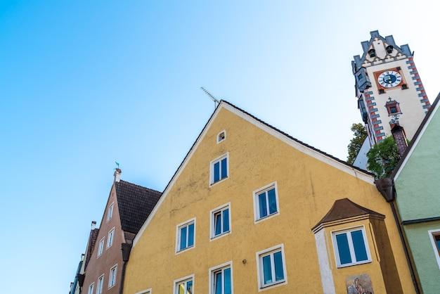 Schöne architektur der alten häuser auf historischer straße in der stadt füssen in deutschland