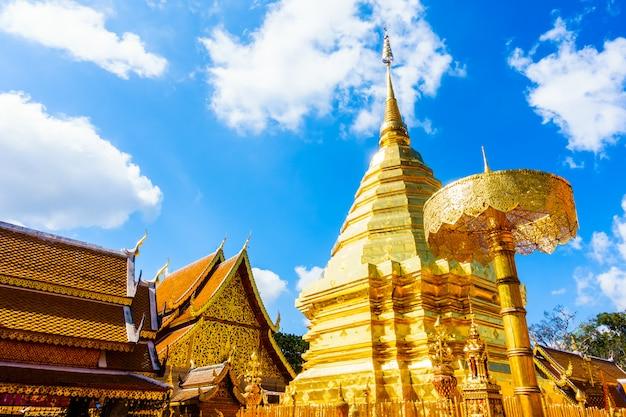 Schöne architektur der goldpagode in wat phrathat doi suthep