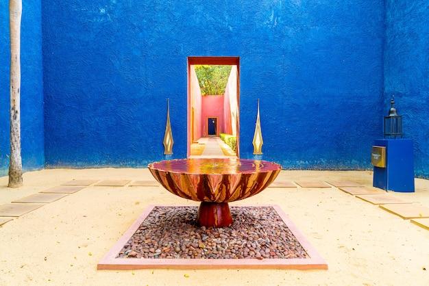 Schöne architektur im marokkanischen stil mit brunnenbecken
