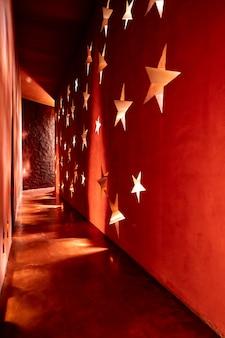 Schöne architektur im marokkanischen stil mit licht und schatten