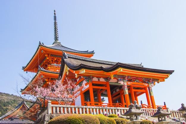 Schöne architektur innerhalb des kiyomizu-deratempels während der blütenzeit der kirsche (kirschblüte) werden in kyoto blühen.