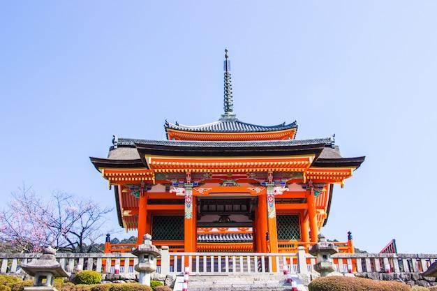 Schöne architektur innerhalb des kiyomizu-deratempels während der kirschblütenzeit werden in kyoto, japan blühen.