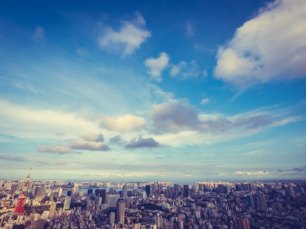 Schöne architektur und gebäude um tokyo-stadt mit tokyo-turm in japan