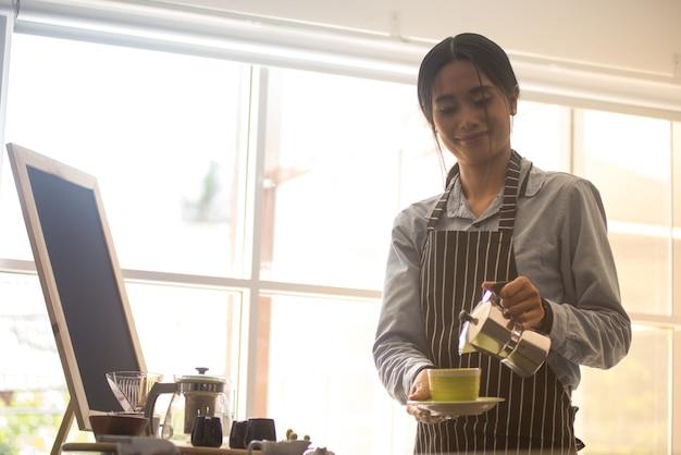 Schöne asiatische barista
