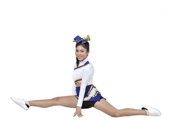 Schöne asiatische cheerleader, die spalten tut