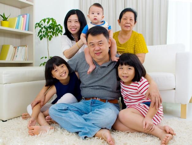 Schöne asiatische familie mit 3 generationen