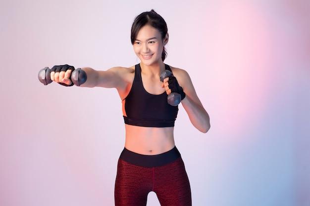 Schöne asiatische fitness frau