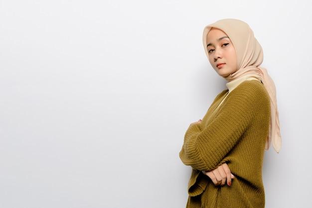 Schöne asiatische frau auf weißem hintergrund