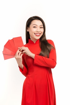 Schöne asiatische frau, die glückliches taschengeld im neuen mondjahr hält. feste, neujahrsfeier konzept.