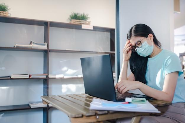 Schöne asiatische frau, die medizinische masken trägt