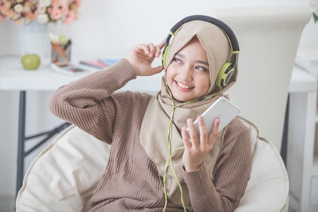 Schöne asiatische frau, die musik genießt