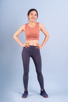 Schöne asiatische frau, die sportkleidung trägt und yoga-, fitness- und fitnesskonzept macht