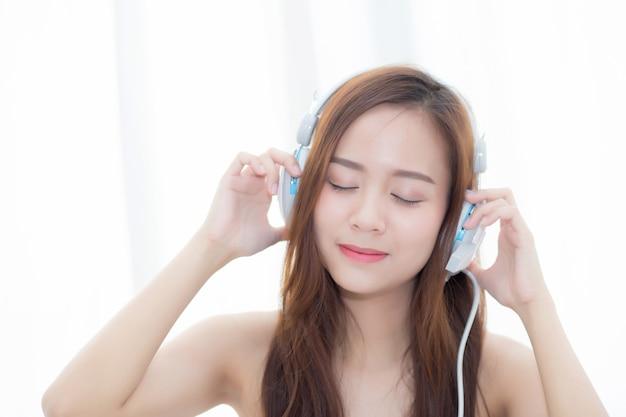 Schöne asiatische frau genießen sie musik mit kopfhörer
