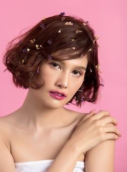 Schöne asiatische frau getrennt auf rosa