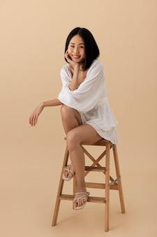 Schöne asiatische frau in einem weißen kleid