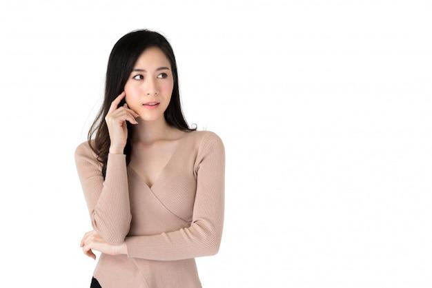 Schöne asiatische frau in einer denkenden geste