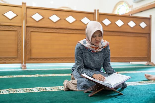 Schöne asiatische frau las koran