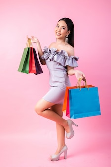 Schöne asiatische frau mit einkaufstasche