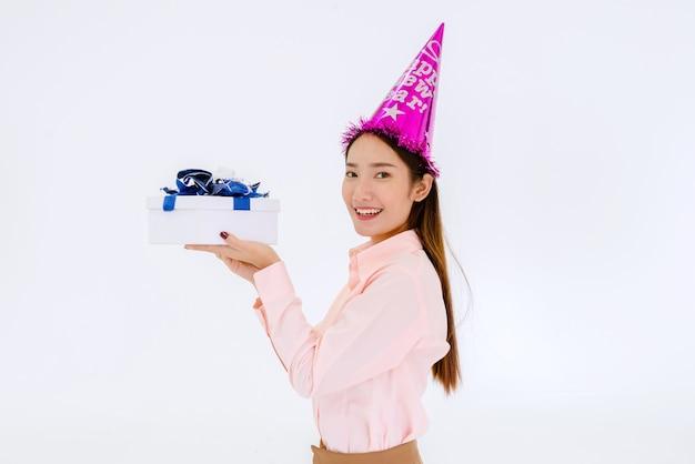 Schöne asiatische frau mit geschenkbox am neujahrstag auf weiß