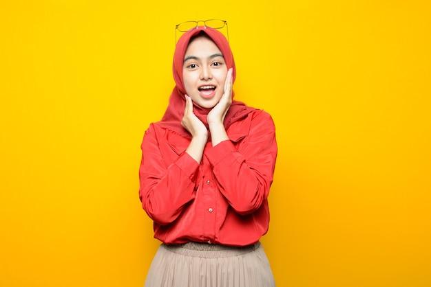 Schöne asiatische frau mit glücklichem gesicht auf gelbem hintergrund