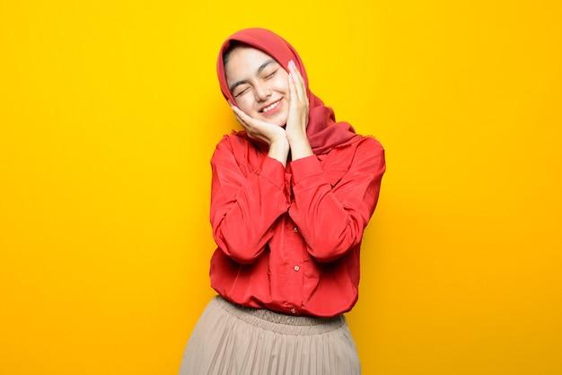 Schöne asiatische frau mit glücklichem gesicht, das hijab trägt