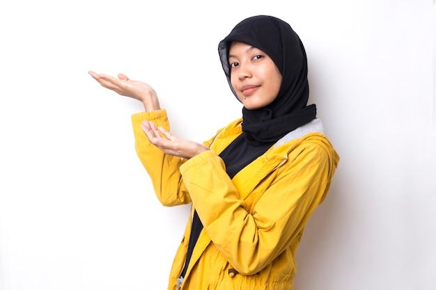 Schöne asiatische frau mit hijab-porträt auf weißem raum