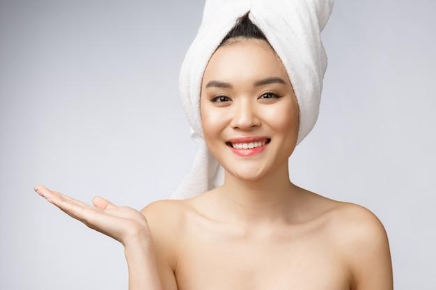 Schöne asiatische frau wow des porträts überrascht und hand auf die rechte seite zeigend