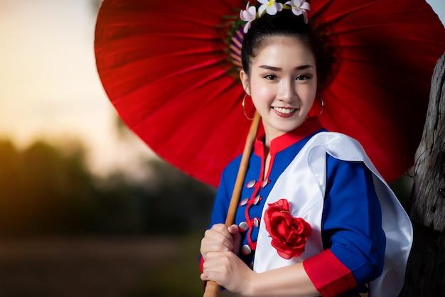Schöne asiatische frauen im traditionellen thailändischen kostüm