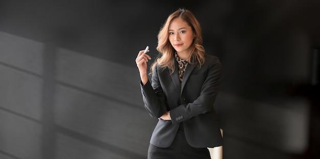 Schöne asiatische geschäftsfrau, die sicher schaut