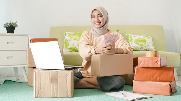 Schöne asiatische geschäftsfrau verdient glücklich mit ihrer harten arbeit
