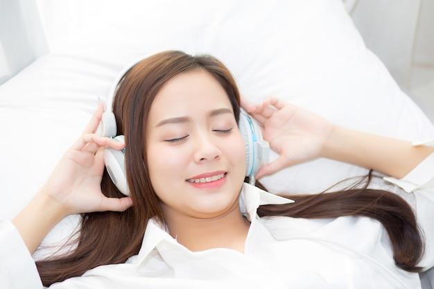Schöne asiatische junge frau genießen musik hören