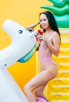 Schöne asiatische junge frau mit bikini.