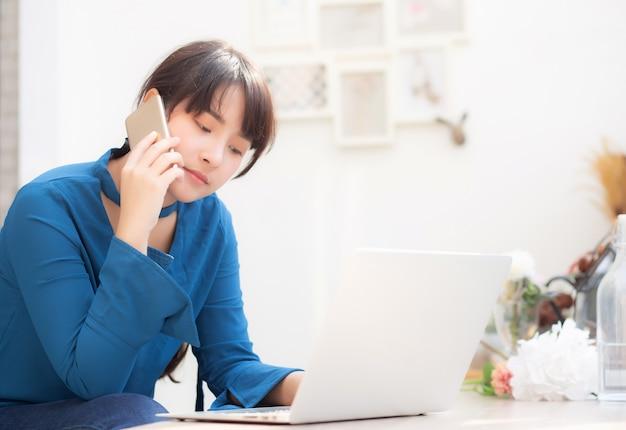 Schöne asiatische junge geschäftsfrau aufgeregt und froh über erfolgsarbeit mit laptop