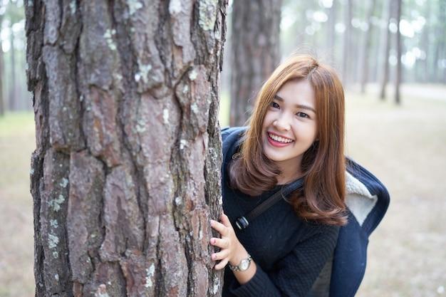 Schöne asien-frau mit dem braunen haar, das hinter kiefer sich versteckt