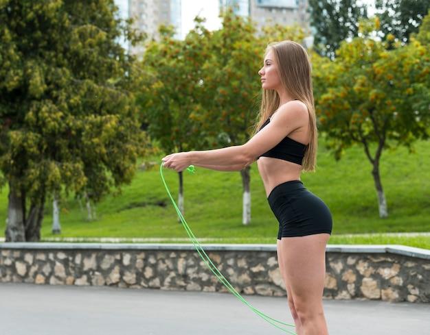 Schöne athletische frau, die eignungsübungen tut