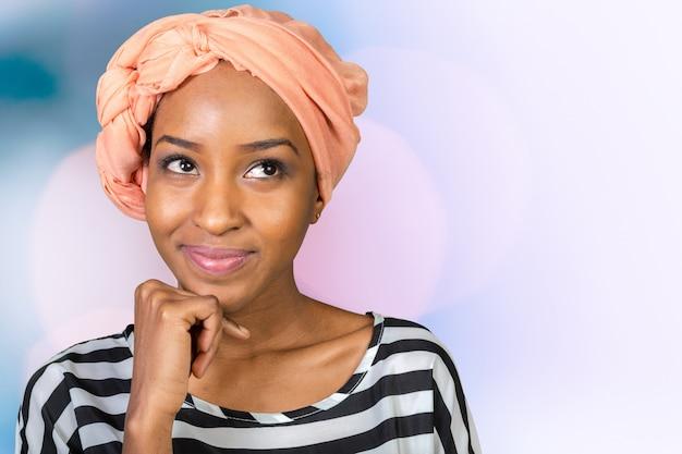 Schöne attraktive afroamerikanerfrau, die an etwas denkt