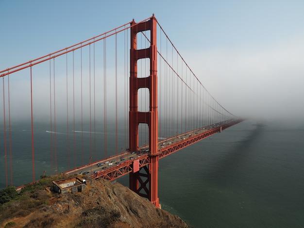Schöne aufnahme der golden gate bridge in san francisco an einem nebligen tag
