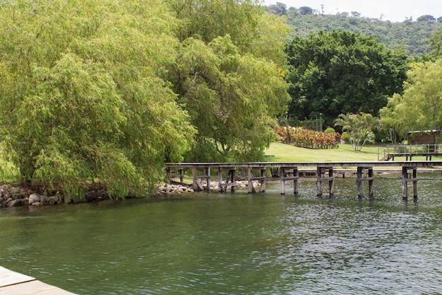 Schöne aufnahme der küste des meeres mit einem hölzernen langen pier, der sich nach rechts erstreckt