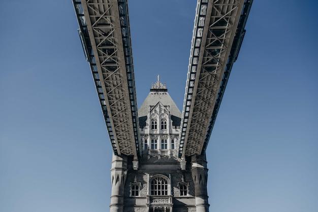 Schöne aufnahme der london bridge von unten